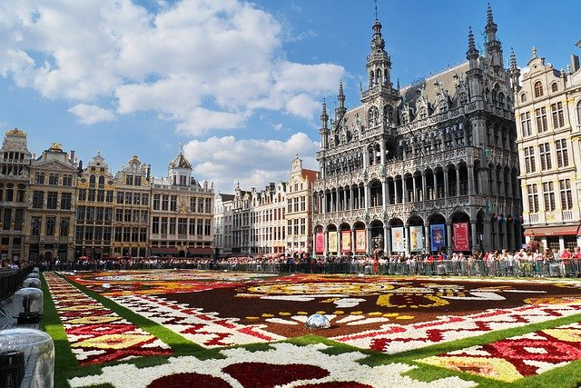 The Flower Carpet at the Grand Place in Brussels #travelclans #Brussels #GrandPlace #FlowerCarpet #ThingstoDo